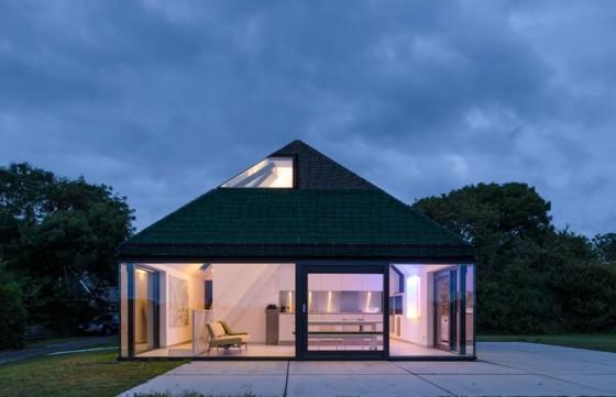 Vista frontal de la casa de campo moderna con grandes ventanas