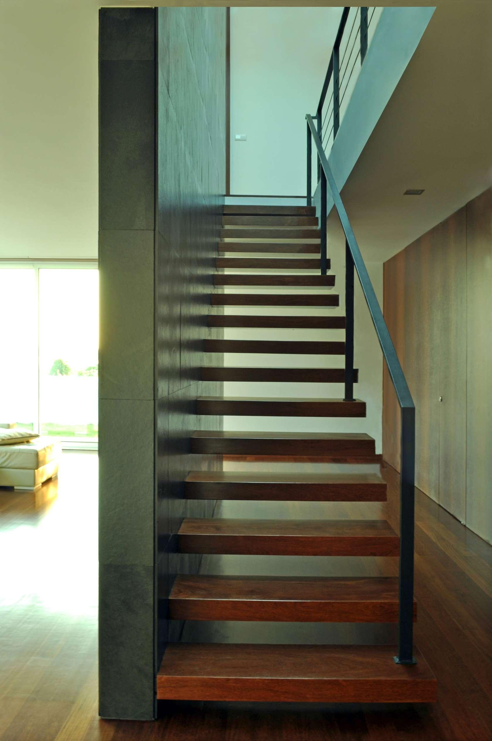 Dise o de casa cuadrada de dos pisos con planos y fachadas for Escaleras de madera sencillas