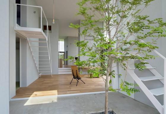 Diseño de interiores de casa con techo alto