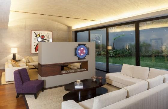 Diseño de moderna sala con techo abovedado
