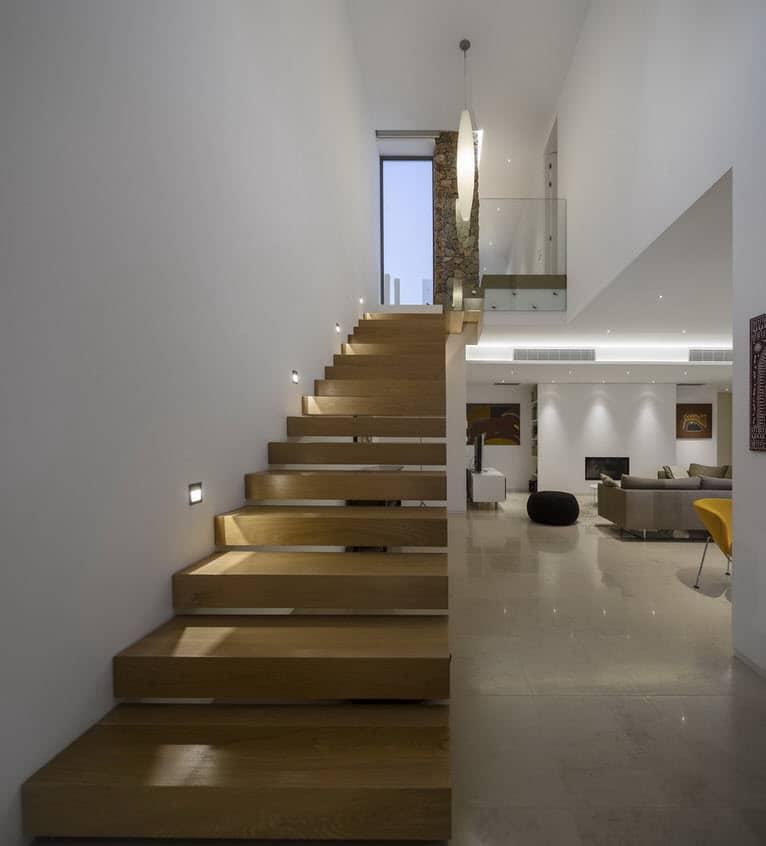 Moderna casa de dos plantas con piscina en azotea - Disenos de escaleras de madera para interiores ...