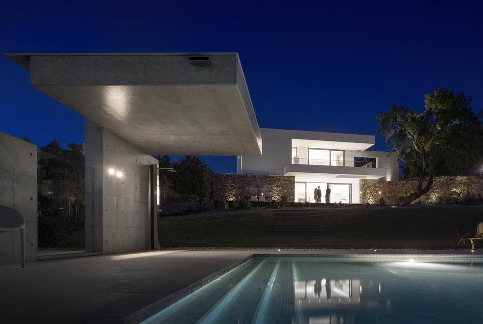 Moderna casa de dos plantas con piscina en azotea for Casas modernas grandes con piscina