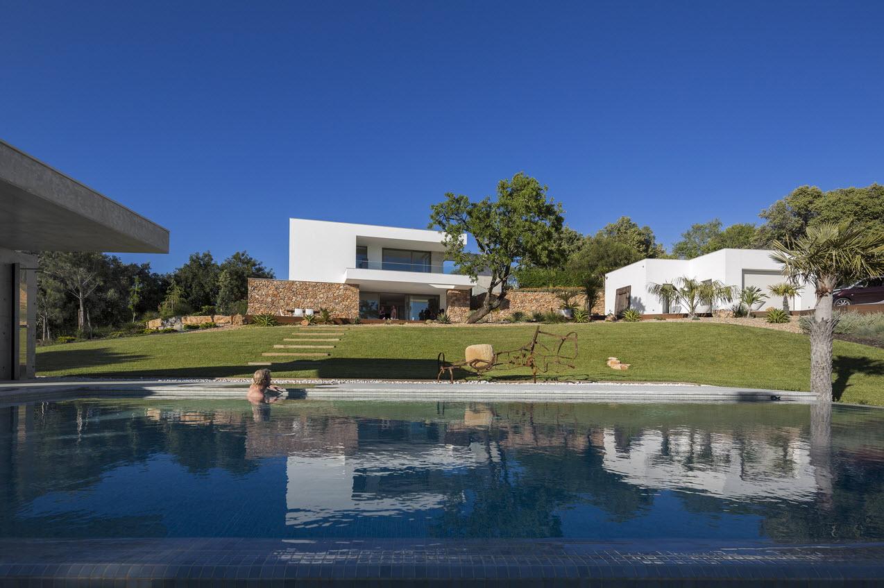 Moderna casa de dos plantas con piscina en azotea for Plantas de casa adentro