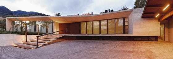 Fachada de moderna casa de una planta