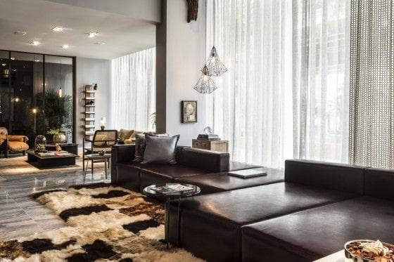Diseño de sofás negros en sala apartamento