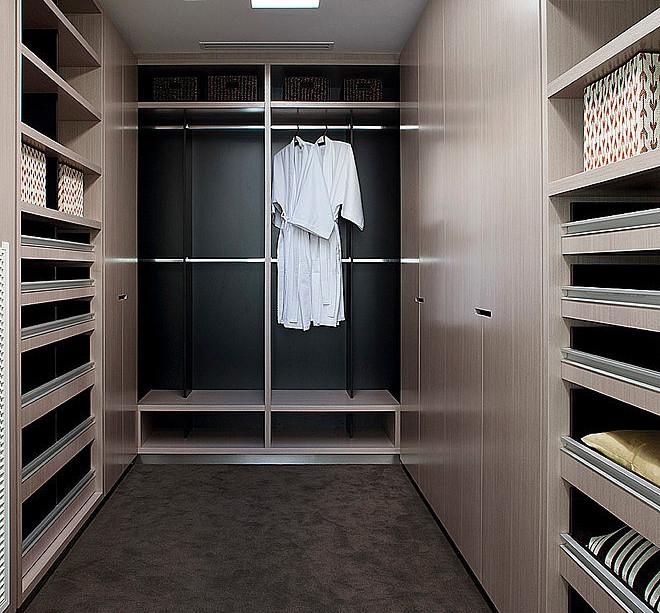 Dise o de casa moderna en esquina fachada e interiores for Disenos de closet para dormitorios pequenos